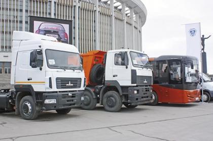 Старые знакомые у стен СКК. Мир автомобиля 2011